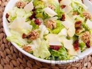 Здравословна зелена салата айсберг с орехи, сушени домати, авокадо и сирене пармезан (или кашкавал)